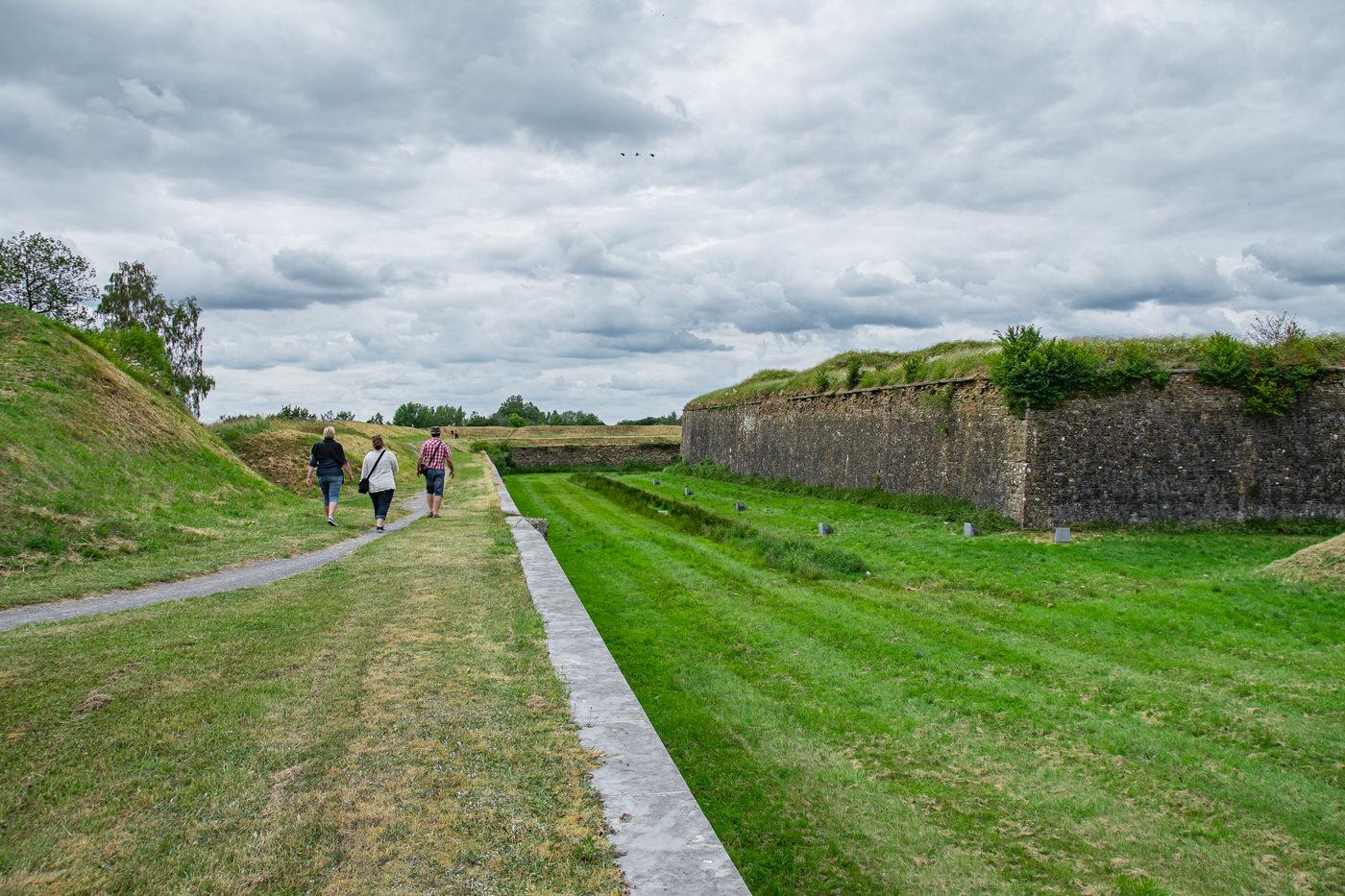 Chemin couvert avec au loin le bastion de Nevers